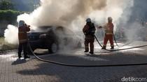 Apes, Mobil Sedan Ini Terbakar Usai Diservis di Surabaya