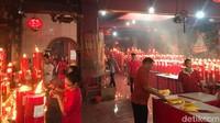 Warga sejak pukul 08.00 WIB sudah silih berganti datang ke Klenteng Hok Lay Kiong untuk ibadah Imlek. (Foto: Rolando/detikcom)