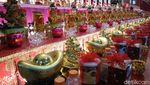 Foto: Ibadah Khusyuk dan Bagi-bagi Angpao di Vihara Ekayana Arama