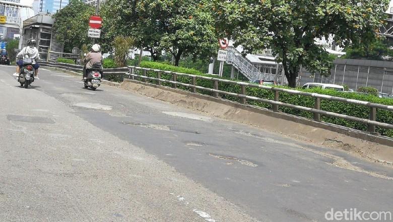 Bahaya! Lubang di Jl MT Haryono Makin Banyak dan Melebar