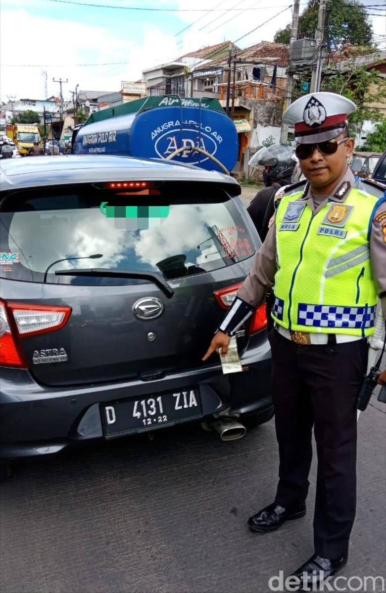 Pengendara Mobil Berplat Sepeda Motor Ini Disemprit Polisi