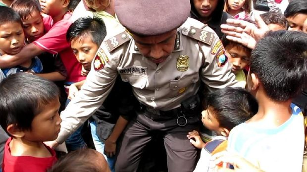 Pengemis dan Anak-anak Berebut Angpao di Klenteng Surabaya