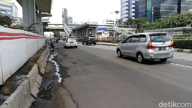 Jalanan juga tergenang air. Termasuk area pejalan kaki kadang juga berlumpur