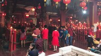 Momen Imlek ini juga dimanfaatkan sejumlah warga untuk meminta angpao dari umat yang beribadah. Ada juga yang datang sekadar untuk selfie atau foto bersama dengan latar Klenteng Hok Lay Kiong. (Foto: Rolando/detikcom)