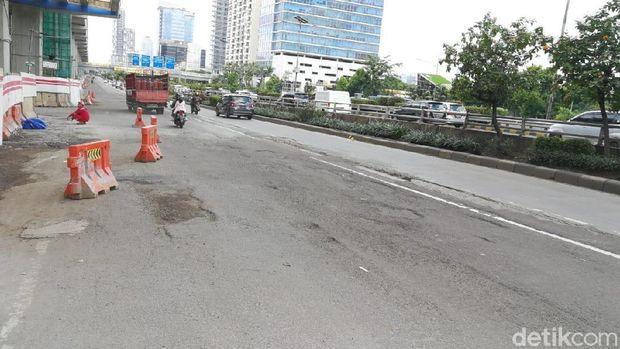 Lubang jalanan ditemukan di jalan arteri dan jalur TransJakarta
