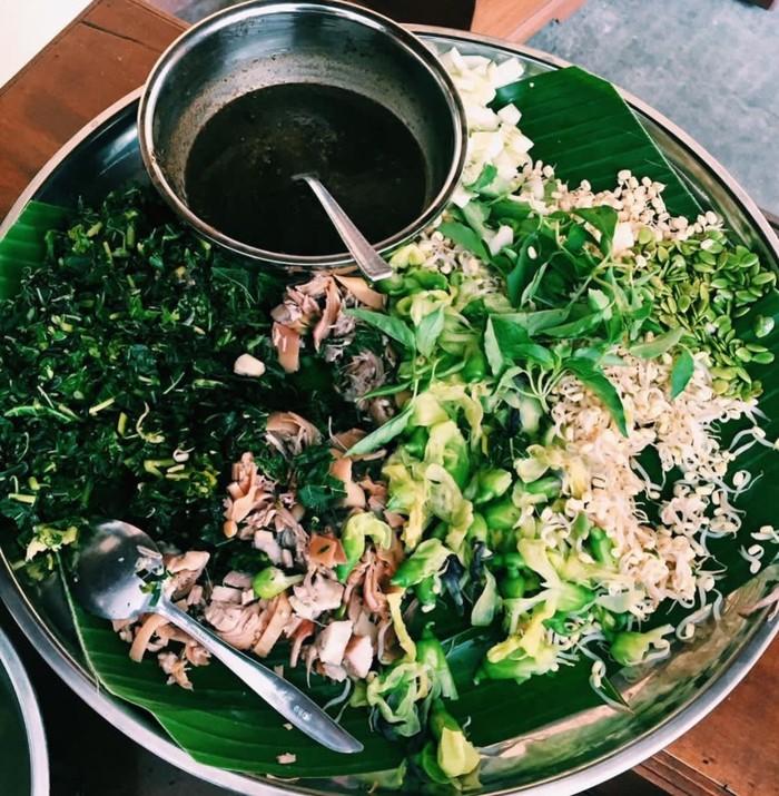 Meski asalnya dari Solo, Jateng, pecel ndeso banyak dijajakan di kota-kota lain. Ragam sayuran akan bikin kenyang sekaligus menyehatkan. Foto : Instagram @warunglintang_kalitansolo