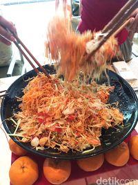 Warna-warni Yee Sang, Salad Perlambang Harapan di Tahun Baru