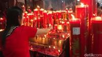Umat ibadah Imlek di Klenteng Hok Lay Kiong juga ada berharap tahun pemilu tak terjadi kericuhan dan tetap damai. (Foto: Rolando/detikcom)