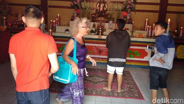 Antusias Turis Asing Menikmati Bangunan Klenteng di Probolinggo