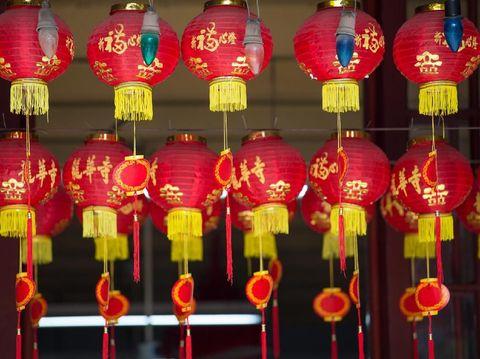 Lampion berwarna merah dan emas dipasang saat Tahun Baru Imlek.