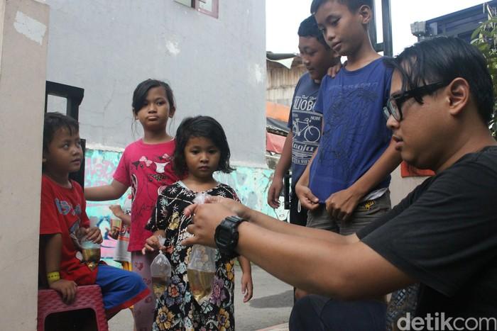 Hal yang dilakukannya dengan membagikan puluhan, bahkan ratusan, koleksi ikan cupang kepada warga sekitar sambil mensosialisasikan bahwa ikan cupang ini bisa memakan jentik-jentik nyamuk penyebab demam berdarah dengue (DBD). Foto: Kireina S. Cahyani/detikHealth