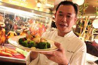 Meracik Yee Sang dan Aksi Barongsai Meriahkan Imlek di Hotel Berbintang Ini
