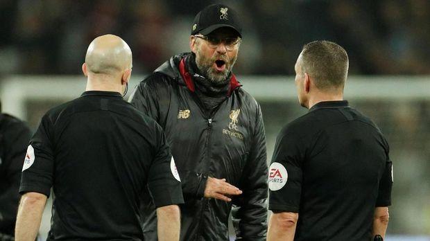 Juergen Klopp melakukan protes ke wasit Kevin Friend usai West Ham United vs Liverpool.
