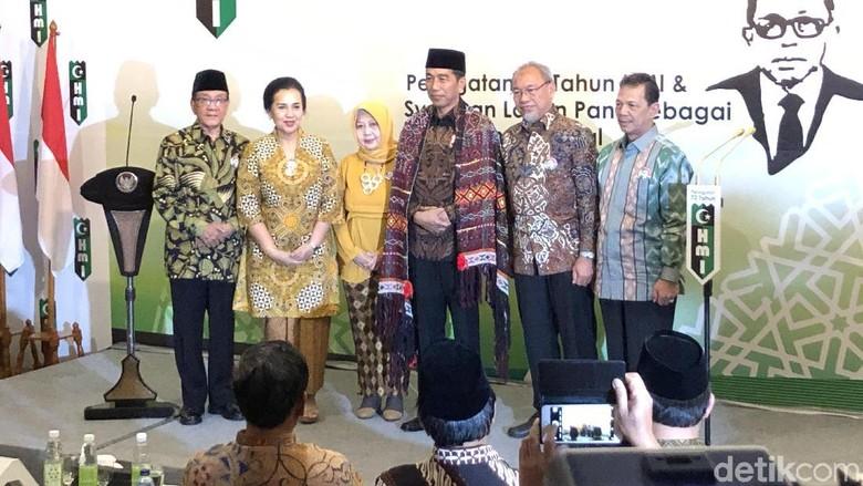 Beri Gelar Pahlawan ke Lafran Pane, Jokowi Dihadiahi Kain Ulos