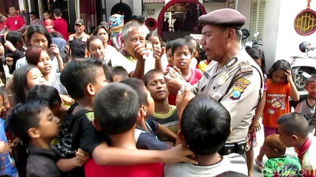 Pengemis dan Anak-anak Berebut Angpau di Klenteng Surabaya