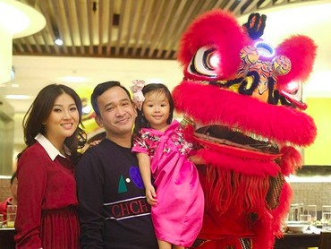 Momen Thalia bersama ayah bundanya saat merayakan Imlek nih. Serunya bisa foto bareng barongsai. (Foto: Instagram @sarwendah29)