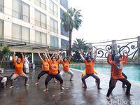 Cara Unik Wanita di Surabaya Cegah Kanker dengan Yoga