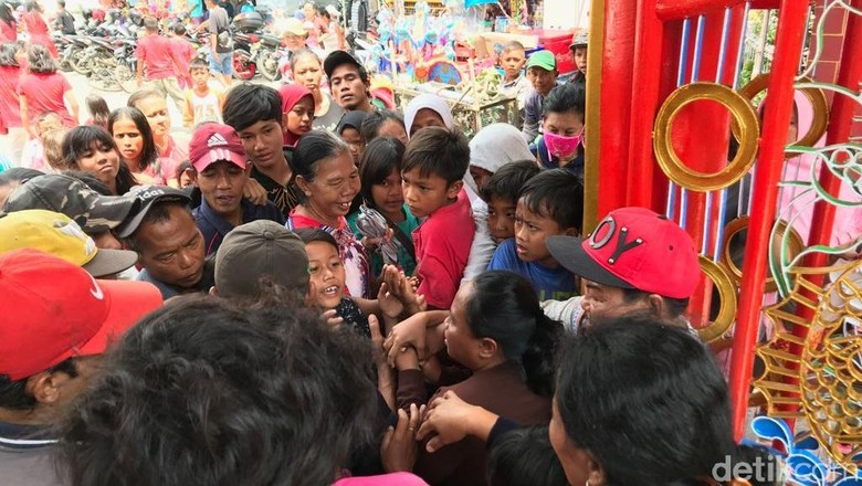 Berebut Berkah di Klenteng Hok Lay Kiong Bekasi: Koh...Angpao Koh!