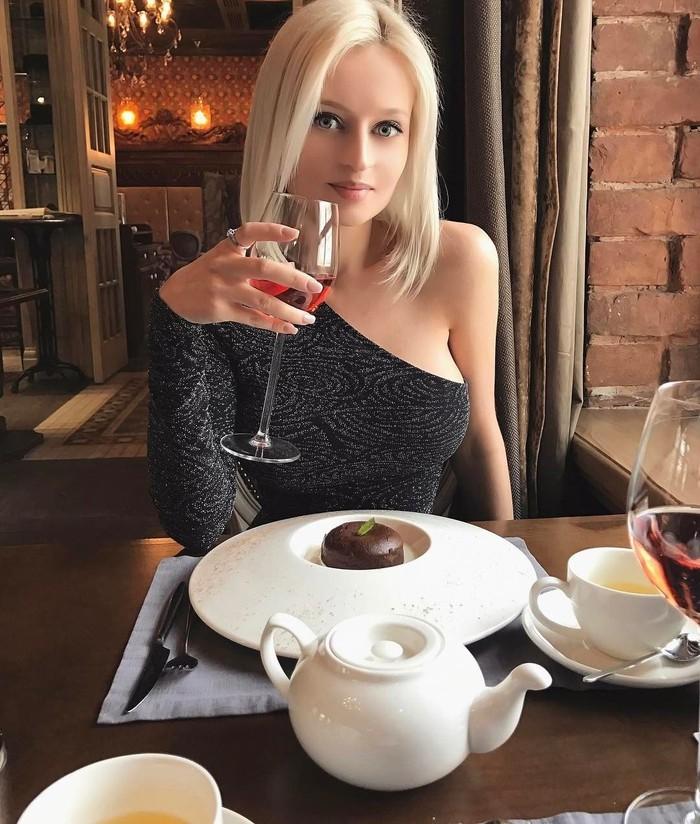 Popularitas Julia sebagai model sudah tidak diragukan lagi. Tapi wanita Rusia ini menuai kontroversi karena tampil dengan badan yang super kurus. Foto: Instagram @pink_huink