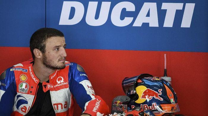 Jack Miller bersamalah dengan alas duduk di motor Ducati-nya saat tampil pada MotoGP Qatar (Mohd RASFAN / AFP)
