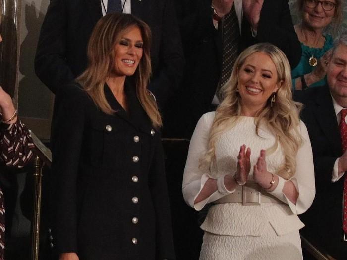 Melania Trump pakai satu sarung tangan bikin netizen bingung. Foto: Getty Images
