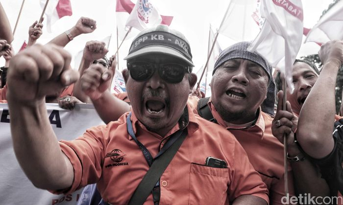 Ratusan karyawan PT Pos Indonesia melakukan aksi unjuk rasa di kawasan Kantor Pos Indonesia, Jakarta Pusat, Rabu (6/2).