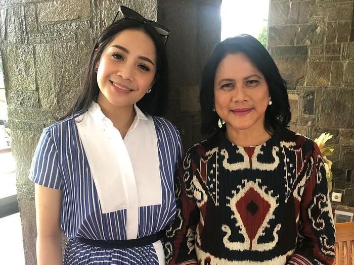 Iriana memakai baju tenun Sumba saat berpose bersama Nagita Slavina. Foto: Instagram Raffi Ahmad