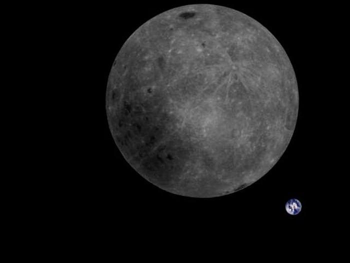 Foto sisi terjauh Bulan yang menampakkan Bumi bulat di belakangnya.