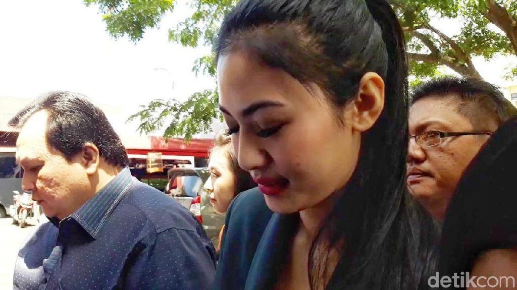 Senyum Della Perez Tiba di Polda Jatim Sebelum Diperiksa