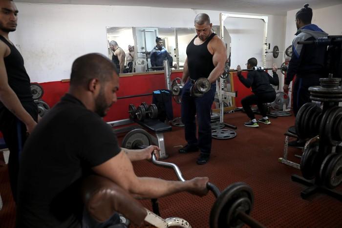 Ibrahim al-Masri, seorang muazin di Masjid Al-Jazzar di Kota Acre Israel baru-baru ini harus kehilangan pekerjaannya. (REUTERS/Ammar Awad)