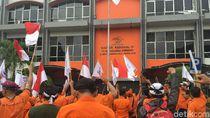 Massa Aksi Teriak Ganti Direksi di Depan Kantor Pos Indonesia