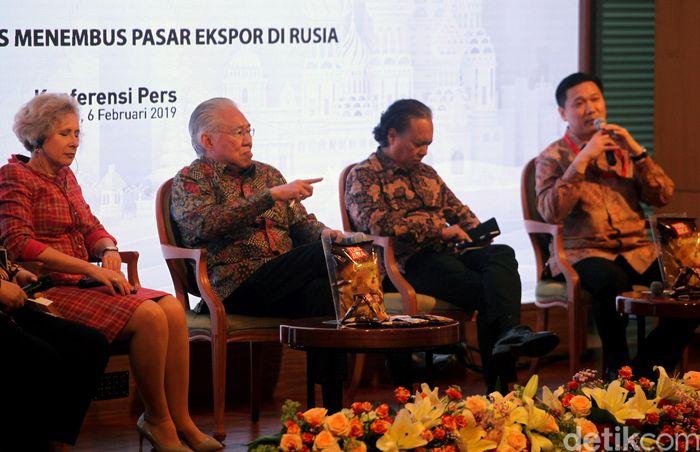 Selain Menteri Perdagangan, Duta Besar Rusia untuk Indonesia Lyudmila Georgievna Vorobieva dan Presiden Direktur Mayora Group Andre Atmadja turut hadir dalam keterangan pers tersebut.