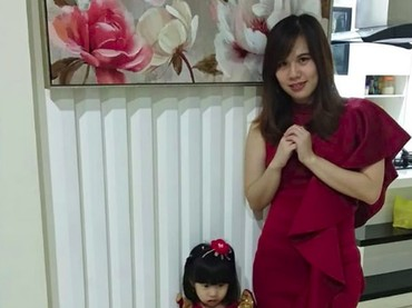 Nggak lupa, atribut berwarna merah pun dipakai di hari perayaan. Seperti dipakai Bunda dan si kecil. (Foto: Instagram @florensy_natalia)