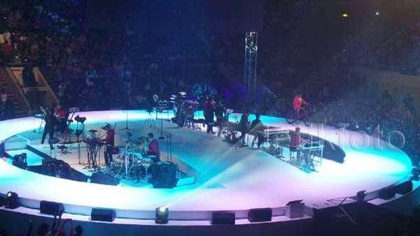 Sajian Beda Tulus di Konser Monokrom