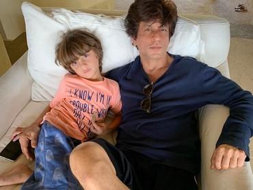 Mengisi weekend, Shahrukh Khan memilih untuk menghabiskannya dengan Abram nih, Bun. Katanya sih lazy Sunday morning jadi masih malas beranjak dari kasur ya. (Foto: Instagram: @iamsrk)