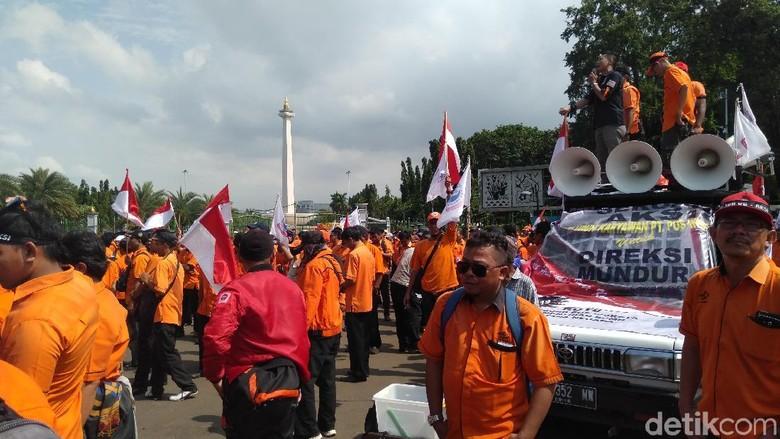 Di Depan Istana, Pegawai Minta Jokowi Segera Ganti Direksi PT Pos