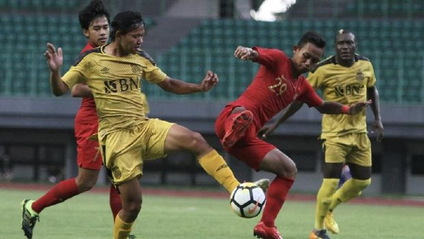 Timnas Indonesia U-22 bermain imbang 2-2 lawan Bhayangkara FC. (