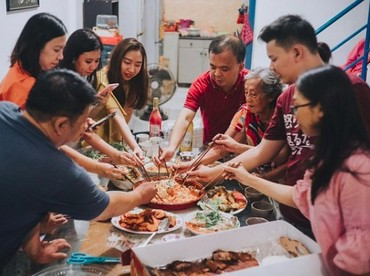 Makan bersama keluarga besar juga menjadi rangkaian perayaan Imlek. Hal tersebut dilakukan untuk memupuk kebersamaan. (Foto: Instagram @joanne.bride)