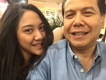 Kalau lihat potret ini, Putri Tanjung mirip sang ayah ya, Bun? (Foto: Instagram @putri_tanjung)