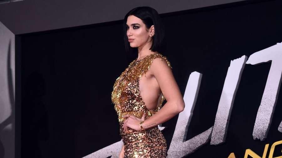 Sexy In Gold! Kecupan Mesra Dua Lipa