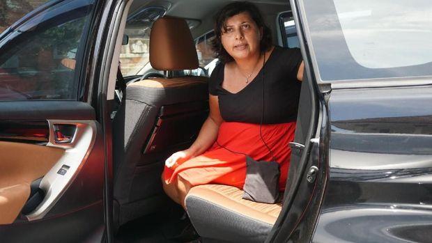 Auj-e Taqaddas di dalam mobil Kejari Badung.