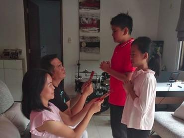 Dapat angpau adalah yang ditunggu-tunggu oleh anggota keluarga yang masih muda, he-he-he. (Foto: Instagram @nenny2005)