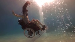 Sue Austin menjadi pengguna kursi roda ketika jatuh sakit. Sue berusaha mengubah pandangan negatif terhadap penyandang disabilitas dengan pengalaman visualnya.