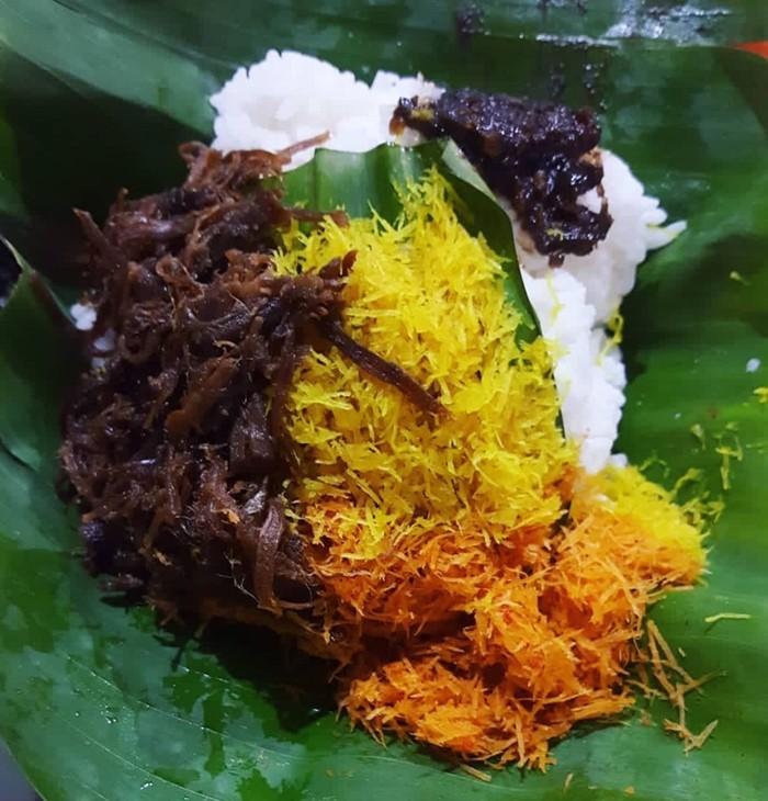 Racikan standar nasi krawu, serundeng pedas dan manis plus empal suwir yang manis gurih. Disantap dengan sambal yang menyengat, mantap rasanya. Foto : Instagram @siembokoe