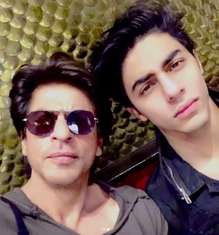 Anak pertama Shahrukh Khan dan Gauuri bernama Aryan Khan. Remaja berusia 21 tahun itu tumbuh mewarisi wajah ayahnya yang tampan. Like father like son kan, Bun? (Foto: Instagram: @iamsrk)