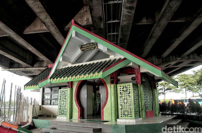 Sebuah musala dengan arsitektur bergaya Tionghoa nampak berdiri di bawah kolong Tol Wiyoto Wiyono, Jakarta, Rabu (6/2/2019).