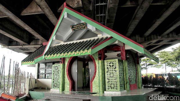 Sebuah masjid dengan arsitektur yang kental dengan etnis Tionghoa berdiri di bawah kolong Tol Wiyoto Wiyono. Masjid itu bernama Masjid Babah Alun.