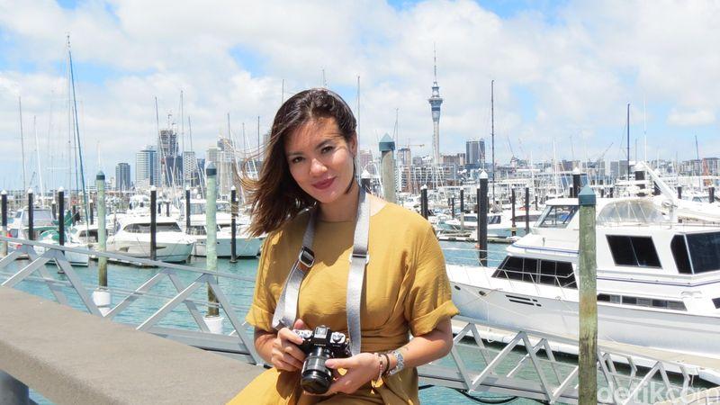 Aline Adita jalan-jalan ke Selandia Baru akhir Januari kemarin. Ini adalah pertama kalinya dia pergi ke Negeri Kiwi. Begini gayanya di Westhaven Marina, Auckland (Fitraya/detikTravel)