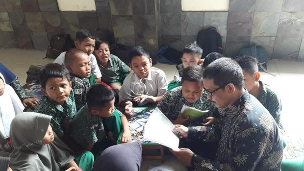 Murid berkumpul mendekati guru agar suara guru terdengar.