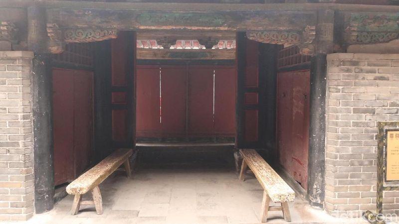 Confucius Mansion adalah rumah dan tempat kerja dari keturunan Konfusius. Di belakang rumahnya, ada gerbang pembatas tempat kerja dan rumah tinggal, Dwelling Gate. (Bonauli/detikTravel)
